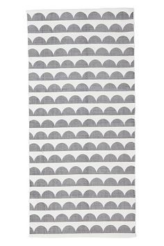 med tryckt, retroinspirerat mönster. Av 100% bomull. Tvätt 40°. Stl 70x150 cm.<br><br>För ökad säkerhet och komfort, använd Antislipmatta som håller din matta på plats. Antislipmattan finns i flera olika storlekar.