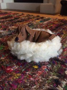 Een vilten hondje liggend in een mandje gemaakt van borg. Moccasins, Atelier, Penny Loafers, Loafers