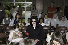 Michael Jackson besucht Kinderheim in Tokyo 26. Mai 2006. Seine Kinder Paris und Blanket begleiteten ihn.