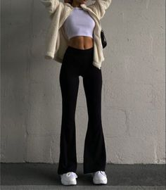 Cute Casual Outfits, Stylish Outfits, Chill Outfits, Aesthetic Fashion, Aesthetic Clothes, Black Flare Pants, Mein Style, Winter Fashion Outfits, Streetwear Fashion