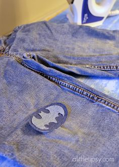 Ideas Sewing Jeans Hole Boys For 2019 Sewing Jeans, Sewing Clothes, Cool Patches, Sew On Patches, Kids Pants, Boys Jeans, Batman Baby Clothes, Pouch Pattern, Patched Jeans