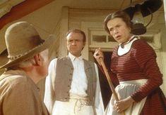 Mrs. Oleson (Katherine MacGregor, r.) und Mr. Oleson (Richard Bull, M.) duld...