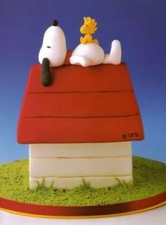 Snoopy and Woodstock on doghouse cake.