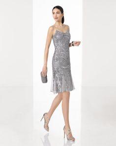 Vestido de fiesta corto ligero bordado con pedrería con tirantes y complementado con chal, en color plata, rosa y negro/nude.