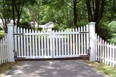 Get these fence gate design ideas for your home's main gate to make your home protected. Read the article and get your fence gate ideas. Picket Fence Gate, Fence Gate Design, White Picket Fence, White Fence, Cedar Fence, Wooden Fence, Driveway Fence, Driveway Entrance, Tor Design