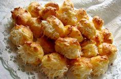 A sajtkrémmel töltött pogácsa azért különleges, mert a krém mellett a tésztája is sajttal készül. Croissant Bread, Savory Pastry, Hungarian Recipes, Hungarian Food, Scones, Baked Goods, Cauliflower, Macaroni And Cheese, Cake Recipes