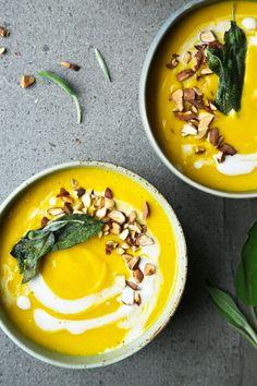 Butternut Squash Coconut & Turmeric Soup Crispy Sage // The Green Life Soup Recipes, Vegan Recipes, Cooking Recipes, Emplatado Ideas, Turmeric Soup, Healthy Thanksgiving Recipes, Thanksgiving Feast, Clean Eating, Healthy Eating