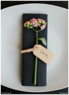 Bordpynt, bordkort og borddækning med sort dug, servietter, blomster, manillamærke, træklemme og bloklys til fest, konfirmation og fødselsdag.