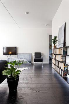 suelo de madera negro pisos suecos blanco y negro inspiración suelos de madera oscura estilo nórdico estanterías negras string decorar con colores neutros decoración nórdica escandinava decoración en blanco blog decoracion interiores