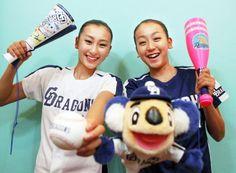 2006年8月26日、中日ドラゴンズのリーグ優勝を喜ぶ浅田舞さん(左)と浅田真央さん=東京都西東京市で