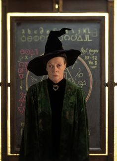 A gallery of Harry Potter and the Sorcerer's Stone publicity stills and other photos. Featuring Daniel Radcliffe, Rupert Grint, Emma Watson, Maggie Smith and others. Maggie Smith, Art Harry Potter, Harry Potter Characters, Movie Characters, Female Characters, Daniel Radcliffe, Hogwarts Professors, Hogwarts Library, Philosophers Stone