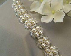 Artículos similares a Coronas de cristal claro de cristal y perlas blancas, collar, collar de declaración, blanco perla y collar de cristal de la boda en Etsy
