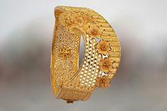 Gold Bangles Design, Gold Earrings Designs, Jewelry Design, Designer Bangles, Cute Jewelry, Bridal Jewelry, Women Jewelry, Bridal Bangles, Dubai Gold Jewelry