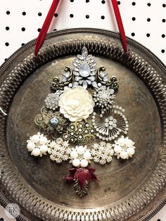 Costume jewelry Christmas tree on a vintage silver tray. Cute Christmas Decorations, Diy Christmas Ornaments, Christmas Projects, Holiday Crafts, Vintage Christmas, Jewelry Christmas Tree, Christmas Door, Christmas Trees, Christmas Christmas
