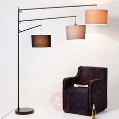 Außergewöhnliches Stehleuchten-Design mit drei Lampenschirmen und einer edlen Materialkombination, unter anderem aus Marmor und Baumwolle. Für den exquisiten Wohnraum.