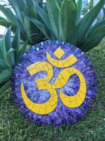 Trabalhos em Mosaico: Simbolo Om Mosaic Garden, Mosaic Art, Ying Yang, Mesa Floral, Outside Decorations, Mosaic Projects, Mosaic Patterns, Purple Yellow, Reuse
