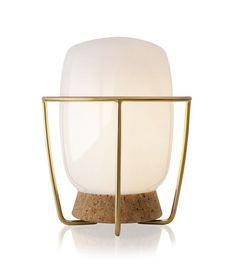 Luminária de mesa Tokio, base de cortiça, estrutura de latão e cúpula de vidro, 30 cm de diâmetro, de Jader Almeida