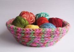 Instrucciones y fotografías para hacer un pequeño cesto utilizando un cordón tejido con lana.