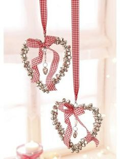 Only a pic at the link. Could probably figure out how to make these; they're very pretty and would be charming for a wedding.