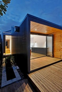 A simple, small, south facing extension at the rear of a weatherboard cottage in Melbourne. Great way to add a modern touch to an older house. Love the dark colour weatherboards with natural timber. Amazing Architecture, Modern Architecture, Monuments, Weatherboard House, Home Design, Modern Design, Exterior Cladding, Timber House, Modern Patio