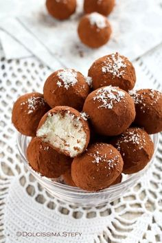 Tartufi al Cocco senza cottura Raw Food Recipes, Sweet Recipes, Dessert Recipes, Cooking Recipes, Yummy Things To Bake, Easy Sweets, Homemade Birthday Cakes, Maila, Mini Desserts