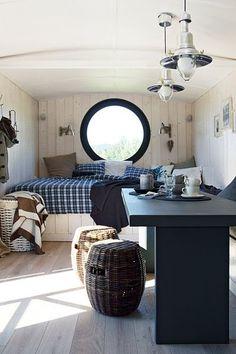 Velkoryse koncipované lůžko má rozměry 280 × 200 cm, je vybaveno úložným prostorem a stylovými lůžkovinami (Scapa Home a By Nord). Na míru vyrobený stůl a lavici doplňují proutěné sedáky (Gervasoni), které poslouží také jako odkládací stolky.