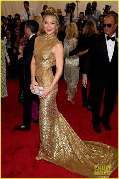 kate hudson 2015 met gala 03 Kate Hudson sparkles as she makes her big entrance at the 2015 Met Gala held at the Metropolitan Museum of Art on Monday (May 4) in New York City.     The 36-year-old…