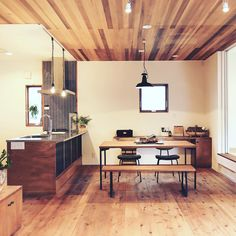 """自然素材×ハグホームテイストの家 """" In the pocket """"  オリジナルキッチン、カップボード、ローボード、ダイニングテーブル、ベンチ、PCデスクカウンターなど全て自社造作(88zousaku)にて統一感をもたせた暮らしにフィットする居心地よい住空間です。  これからホールのガラスドアにサインペイントを施します!楽しみ楽しみ..♪ Works / Hughome"""