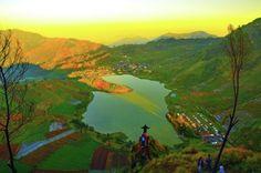 Wiryawan Purboyo: Menikmati keindahan Panorama danau Cebong dari puncak Gunung Sikunir +2.263m diatas permukaan air laut (dpl) ketika matahari pagi memancarkan sinar keemasannya