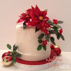 Christmas cake with sugar flowers Christmas Themed Cake, Christmas Wedding Cakes, Christmas Cake Designs, Christmas Topper, Christmas Flowers, Christmas Cupcakes, Holiday Cakes, Christmas Desserts, Bow Cakes
