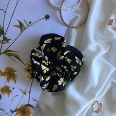 Horta est un chouchou noir à motifs. Orné de jolies fleures jaunes, il est la pointe colorée et vintage qu'il vous faut au printemps. Scrunchies, Vintage, Spring, Pattern, Vintage Comics