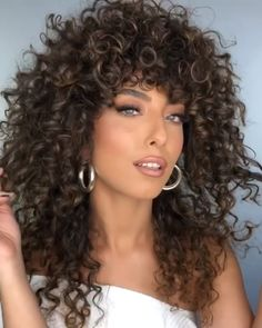 Best Fabulous Make-up Video Tutorials! For more make-up tips just visit our cutie-pie website babes! Curly Hair With Bangs, Curly Hair Cuts, Long Curly Hair, Wavy Hair, Dyed Hair, Curly Hair Styles, Natural Hair Styles, Curly Girl, Blonde Hightlights
