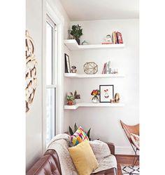 Para aproveitar o canto da sala, estas prateleiras em 'L' acompanham a parede e adicionam um elemento inusitado