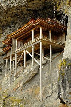 三徳山三佛寺・投入堂(鳥取) Nageire-do of MItokusan-sanbutsu-ji temple, Tottori, Japan ~ these structures on sides of mtns always amaze me!