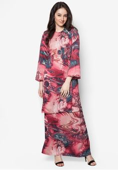 Baju Kurung Pahang Asirah from Butik Sireh Pinang in Red A traditional masterpiece that will stand the test of time, Butik Sireh Pinang channels their stylish flair on the Muslimah classic. The brand enlivens the well-loved baju kurung silhouette with a splash of multi-coloured abstract print. To... #bajukurung #bajukurungmoden