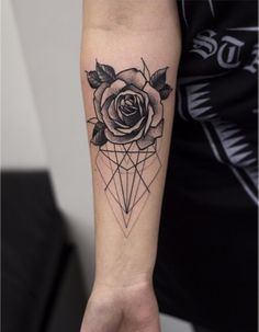 Tattoo Arm Frau, Rose mit geometrischen Figuren am Unterarm tattoo old school tattoo arm tattoo tattoo tattoos tattoo antebrazo arm sleeve tattoo Fake Tattoos, Forearm Tattoos, Flower Tattoos, New Tattoos, Body Art Tattoos, Girl Tattoos, Tattoos For Women, Sleeve Tattoos, Tatoos