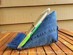 Tablet stand tutorial - Upcycling project - This tablet holder is made with the leg of a pair of jeans - 15 minute project