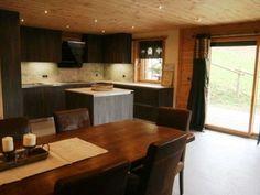 mooi, in chatel, (=duur) Ski, Kitchen Island, Table, Furniture, Home Decor, Island Kitchen, Homemade Home Decor, Skiing, Mesas