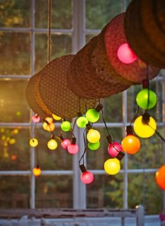 Con la iluminación solar SOLVINDEN tendrás unas guirnaldas festivas de día y unas luces de colores cuando caiga la noche.