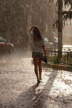 tomo de ti las gotas de lluvia, que surgen creando un aroma al toque de tu piel…
