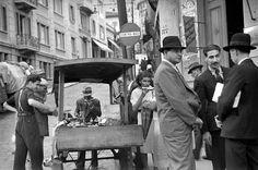 Vendedor de frutas na esquina da ladeira Porto Geral com a rua 25 de Março, São Paulo – década de 40.