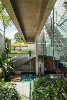 Galeria da Arquitetura | Casa de fim de semana - Em todos os níveis há pequenos pátios, deques, caminhos de madeira no piso, plantas, espelhos d'água e bicas que convidam a admirar o verde, a tocar na água e sentir o cheiro de terra