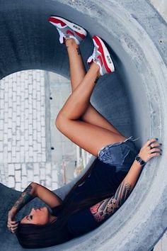 """Erneut ein paar lose aus dem Web zusammengesammelte Bilder mit unser aller Lieblingsmotiv – """"Girls wearing Sneakers"""". Schon wieder dominieren Nikes und Jordans, wo ich wirklich nichts für kann. Liegt vermutlich daran, dass sich seit Beckham kein Mädchen mehr traut, adidas zu tragen, was aber auch nicht so schlimm ist. Und erneut wird ganz klar deutlich: der Nike Air Max... Weiterlesen"""