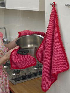 De meget nemme, dobbelte grydelapper og håndklædet er strikket på rundpind og afsluttet med hæklekanter gennem begge lag