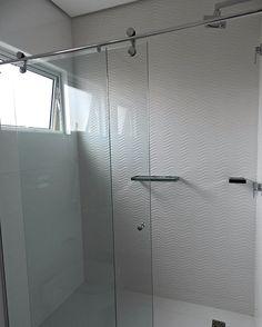 Detalhes banho social: Decor white com porcelanato brilhante e revestimento 3D com o desenho de ondas, lindo!