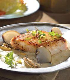 Pescado asado con salsa cremosa de elote y almejas al vino blanco