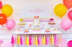 anniversaire de petite fille sur le thème Princesse - ballons et pompons en jaune, rouge et rose et un candy bar savoureux