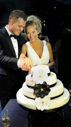Hermosa LULU !: Luisana Lopilato and Michael Buble: the official wedding album (April 2, 2011).