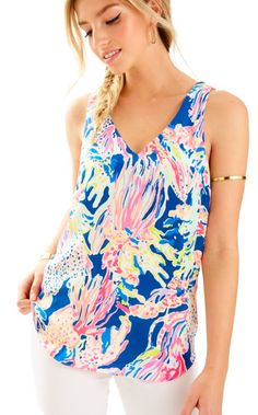 We know how much you love bra friendly tops, so we created the Florie Top with that in mind. It's a printed, sleeveless top that has endless outfit possibilities.