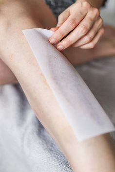 How to Wax at Home Like a Pro Source by best_epilator Homemade Wax Strips, Homemade Sugar Wax, Sugar Wax Recipe, Natural Hair Removal, Hair Removal Diy, Home Design, Waxing Legs, At Home Waxing, Remove Wax